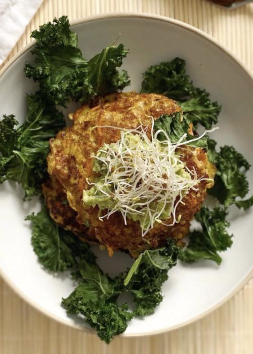 Råraka med halloumi, grönkål och avokado