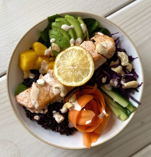 Magisk laxbowl med svartris, krispiga grönsaker, avokado och chili- och honungsdressing