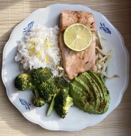 Asiatisk lax med lime och ingefära ris, vitkål och avokado