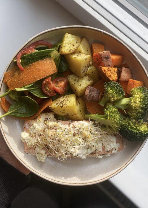 Ugnsbakad lax med fetaost och ugnsrostad sötpotatis, potatis och broccoli