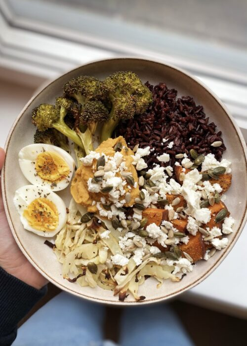 Sötpotatisbowl med svart ris, hummus, ugnsbakade grönsaker, fetaost och ägg