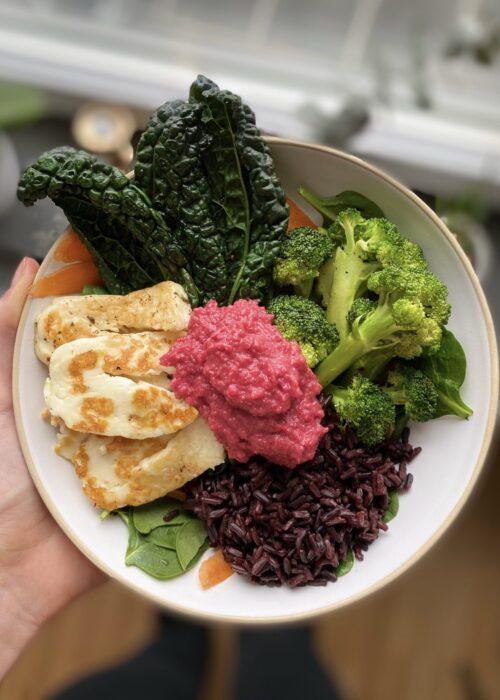 Bowl med svartris, krispig halloumi, rödbetshummus och stekta grönsaker